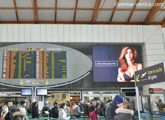 Le halle d'enregistrement de l'aéroport Marco polo à Venise