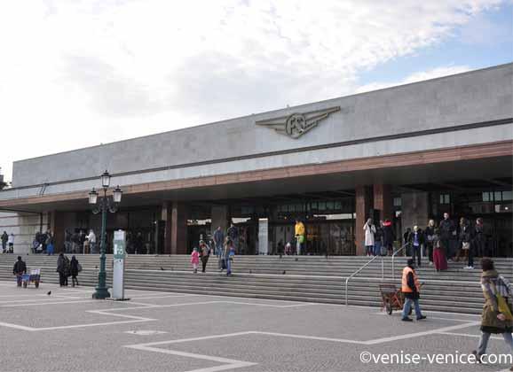 Plan large sur l'extérieur de la gare de Venise depuis le grand canal.