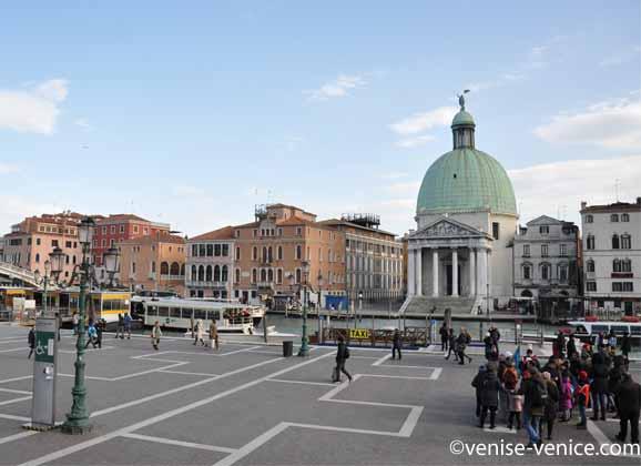 Photo prise à la sortie de la gare à Venise, votre première vue sur le grand canal