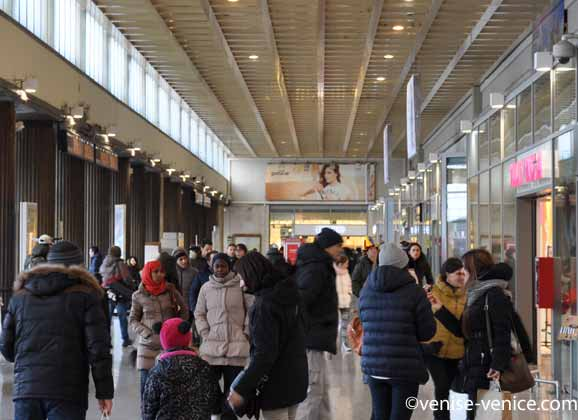 La galerie marchande de la Ferrovia à Venise à la sortie des quais