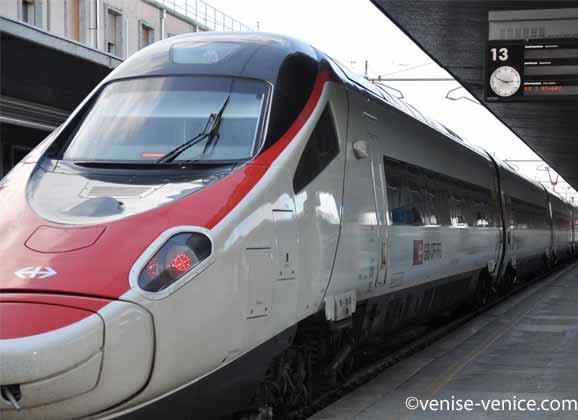 Un train à grande vitesse en gare de Venise