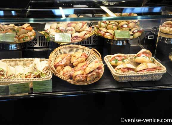 Vitrine de fast food dans la galerie de la Ferrovia à Venise