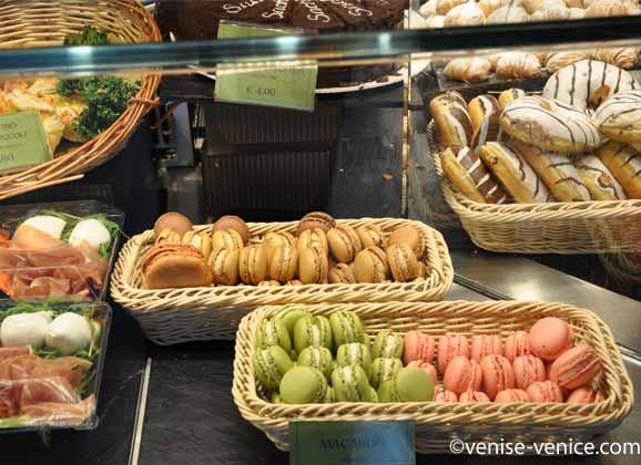 Vue sur les macarons dans une banque réfrigérée à la gare de venise