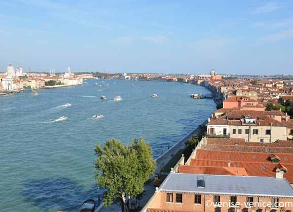 Le canal de la Giudecca , c'est par ici que passe les grands navires de croisières