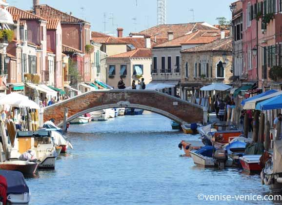 Le coeur de Murano en plan large et un pont en arrière plan