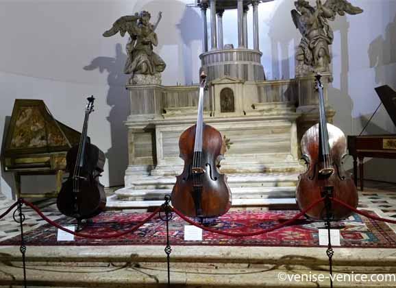 Les violons et violoncelles du musée della musica à Venise