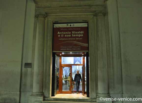 L'entrée du musée de la musique à venise , la nuit.