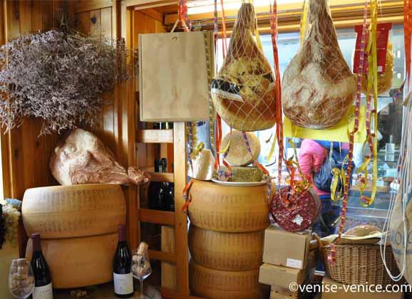 Des jambons et des fromages délicieux dans une épicerie fine à Venise