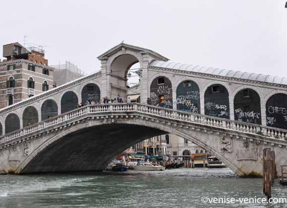 Le pont du rialto sur le grand canal à Venise en remontant vers la place saint marc