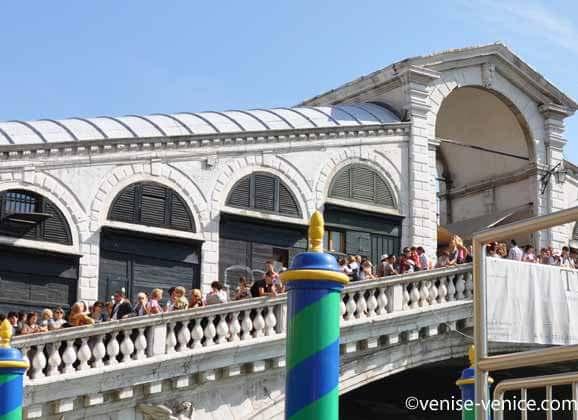 De nombreux visiteurs sur le pont du Rialto à Venise