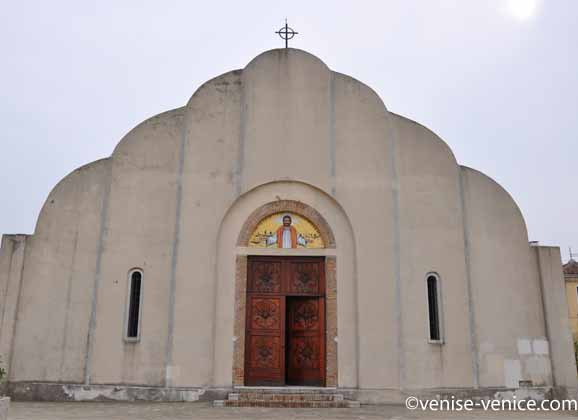 La façade et l'entrée de l'église contemporaine de l'ile de Sant'Erasmo.