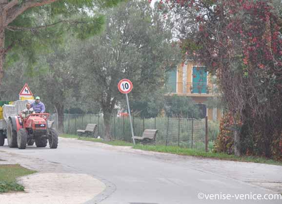 Un tracteur avec une remorque file sur les routes de sant'erasmo