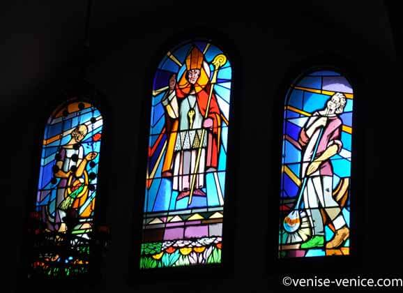 Zoom sur les 3 vitraux de l'église de Sant'erasmo.