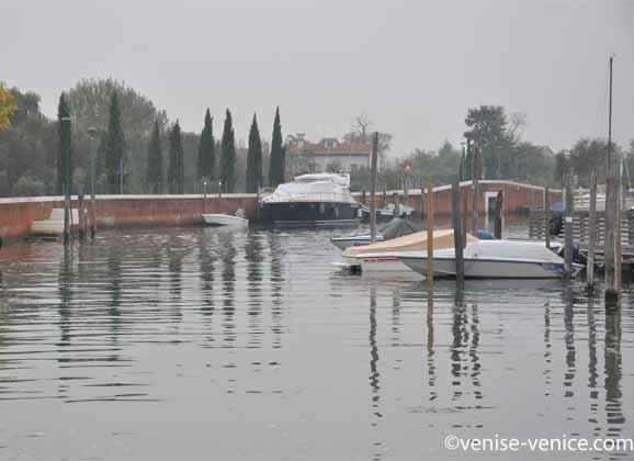 Quelques bateaux amarrés dans la grisaille du port de sant'Erasmo