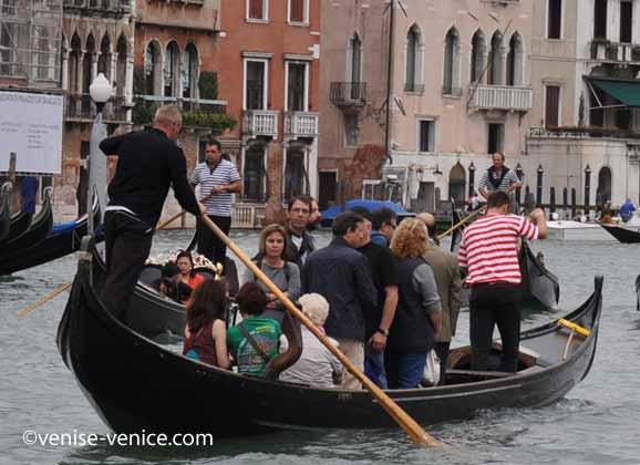 Gros plan sur un traghetto traversant le grand canal au rialto mercato