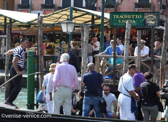 Arrivée du traghetto au ponton du rialto mercato