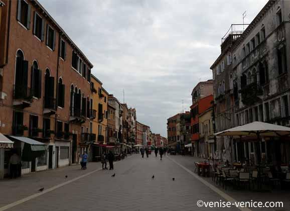 Un plan large de la via Garibaldi à Venise