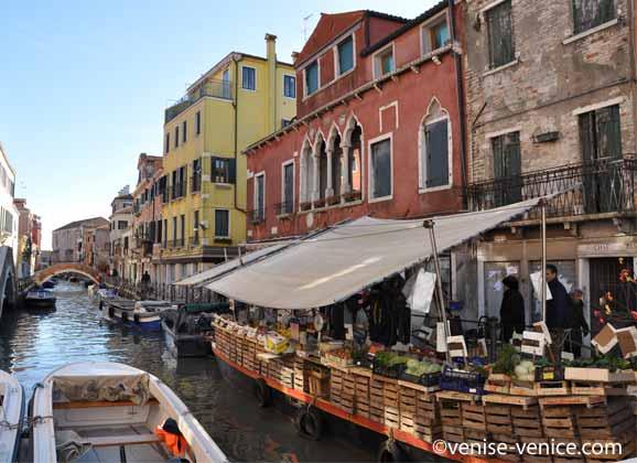 Le marchand de légumes via garibaldi à Venise est installé sur un bateau