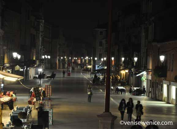 La via garibaldi de nuit à Venise