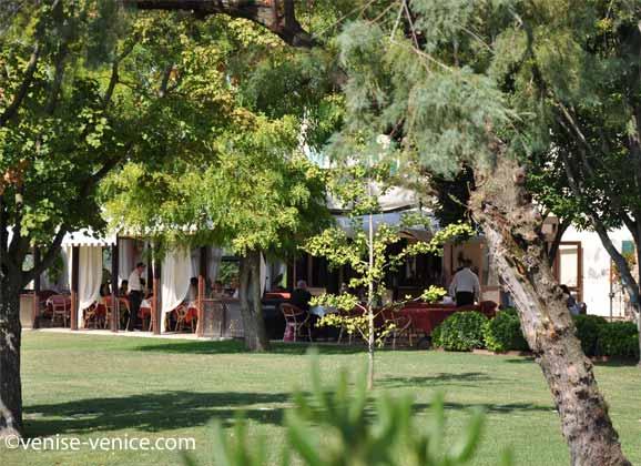 La terrasse pendant le service du dejeuner ristorante villa 600 à torcello