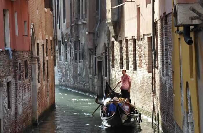 Promenade en gondole sur un canal à Venise